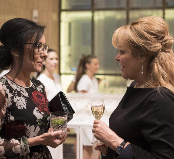 NADACE A CSR. Generální ředitelka CNC a CNI Libuše Šmuclerová přivítala Dagmar Havlovou, zakladatelku Nadace Vize 97. Část programu večera se týkala dobročinnosti a společenské odpovědnosti firem.
