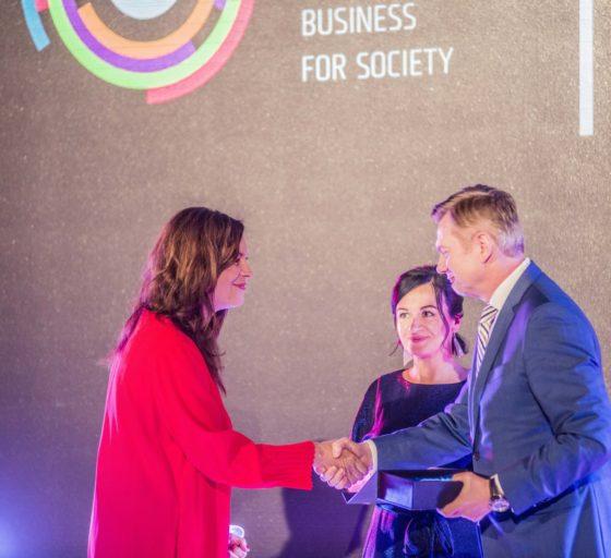 OCENĚNÍ. Tereza Zavadilová (uprostřed) a Pavlína Kalousová, šéfka platformy Byznys pro společnost, předávají řediteli O2 Tomáši Budníkovi cenu cenu Gesto desetiletí, za nejlepší dobročinný projekt pro Linku bezpečí.