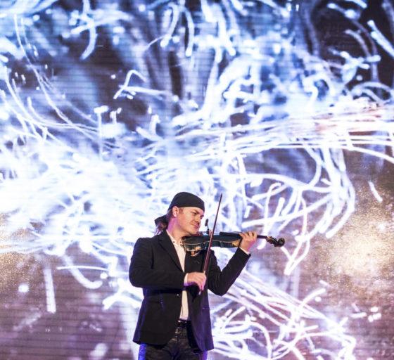 HOUSLE. Hostům zahrál několik skladeb houslista Pavel Šporcl